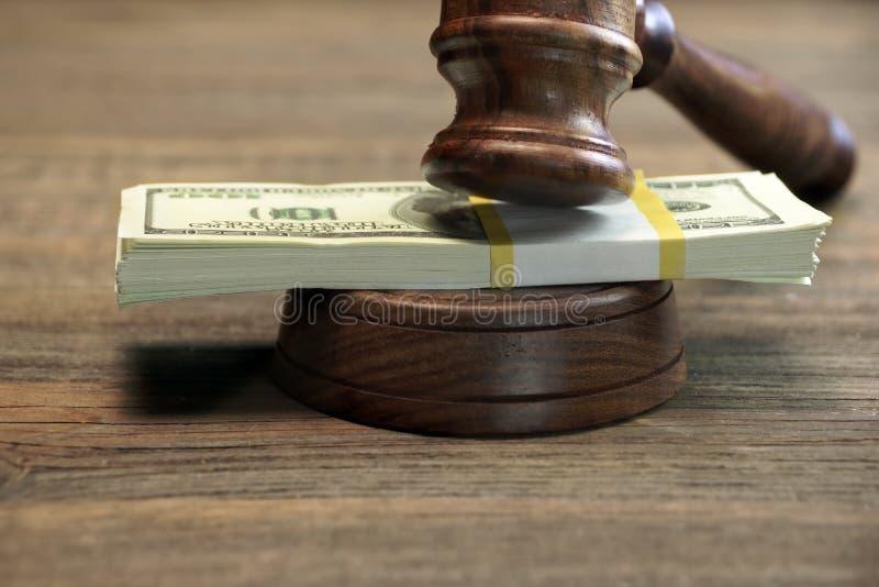 捆绑金钱、法官惊堂木和Soundboard在木表上 图库摄影