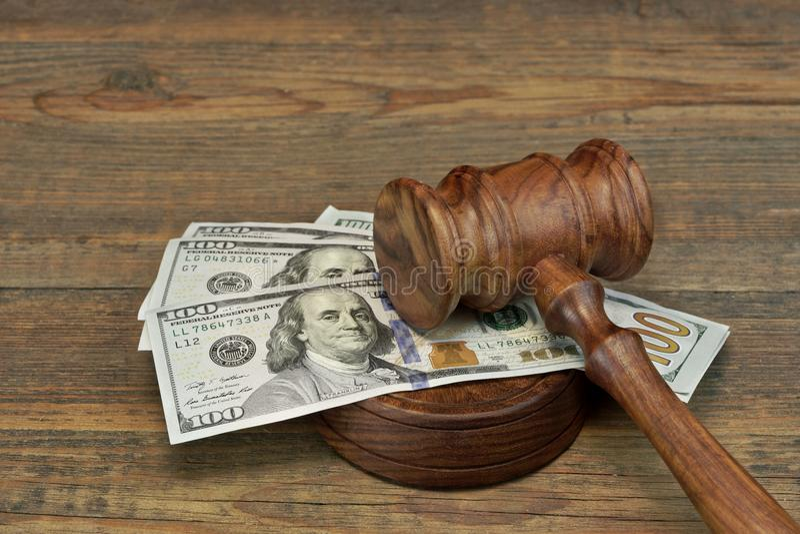 捆绑金钱、法官惊堂木和Soundboard在木表上 免版税库存图片