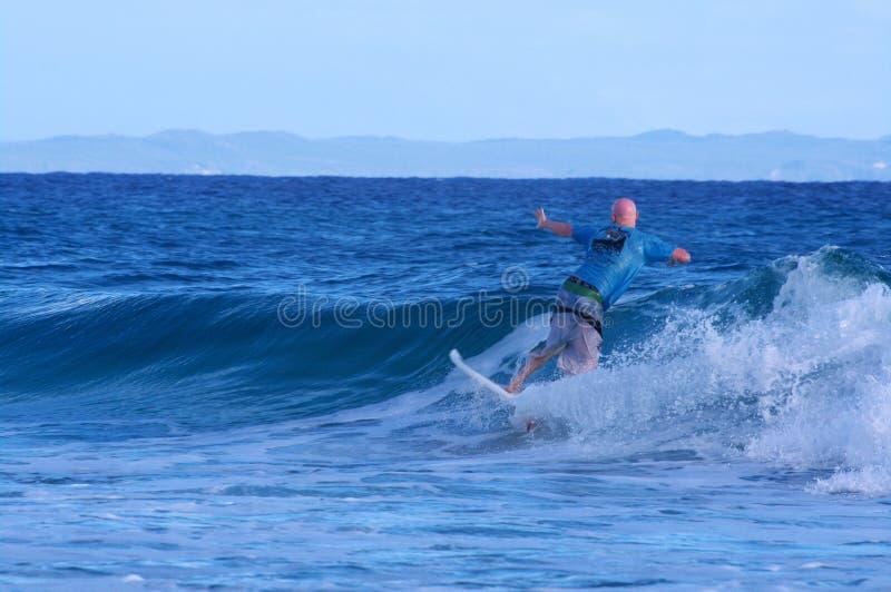 捉住小波浪的冲浪者在Stradbroke海岛 免版税库存图片