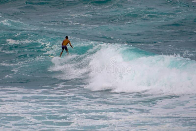 捉住波浪的冲浪者在Ho'okipa夏威夷 图库摄影