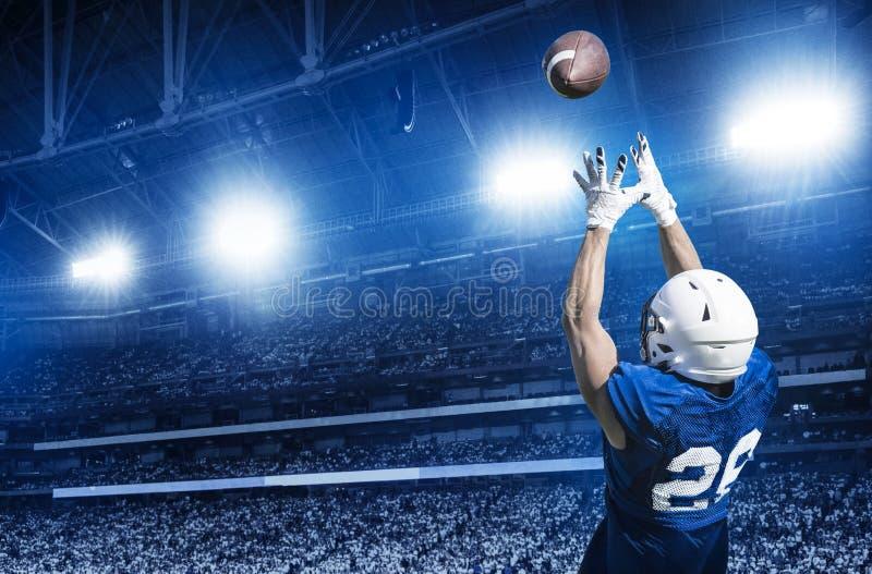 捉住触地传球的美国橄榄球运动员 免版税库存图片