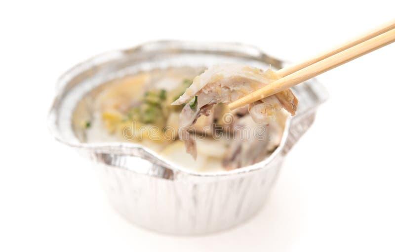 捉住鸡的片断与一个快餐碗的筷子 免版税库存照片