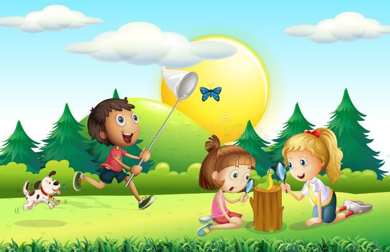 捉住蝴蝶的孩子在庭院里 皇族释放例证