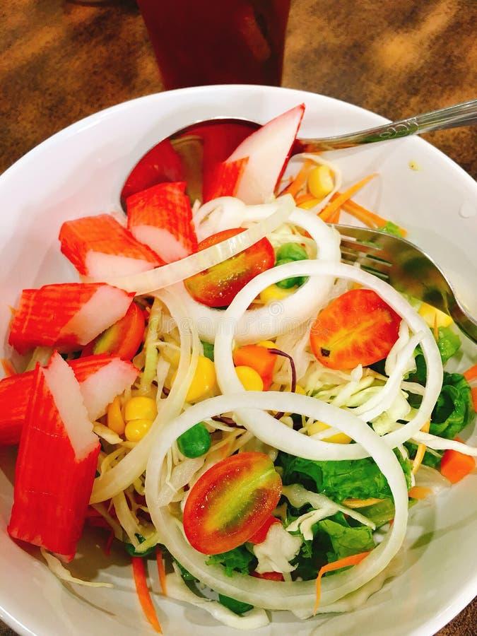 捉蟹蛋绿色查出的蛋黄酱葱荷兰芹豌豆沙拉香料 库存图片