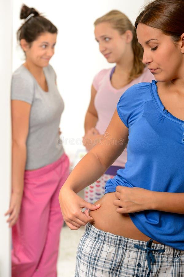 捏她的重量问题的少年女孩 库存图片