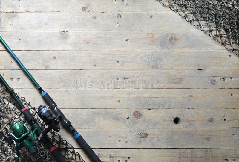 捕鱼网和钓鱼竿静物画在木背景 库存照片