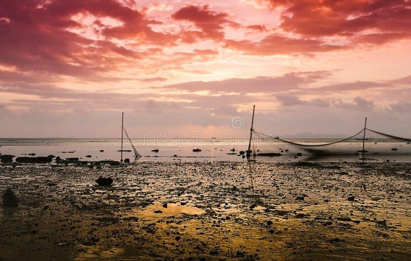 捕鱼网在日落的水中被反射 免版税库存图片