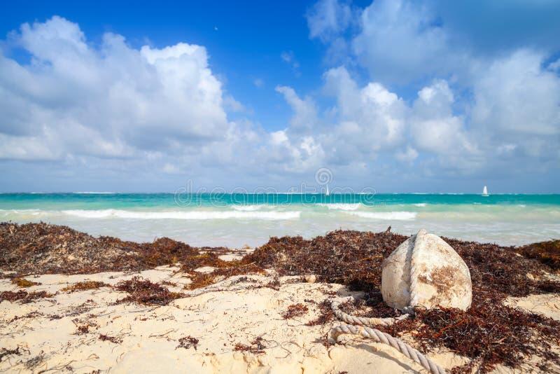 捕鱼网老白色浮体在海滩放置 库存照片