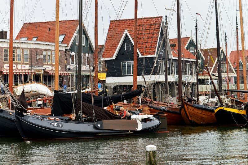 捕鱼船和在背景鱼市场在福伦丹,荷兰港口  库存照片