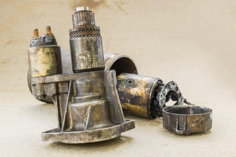 损伤车交流发电机零件的部分 免版税库存图片