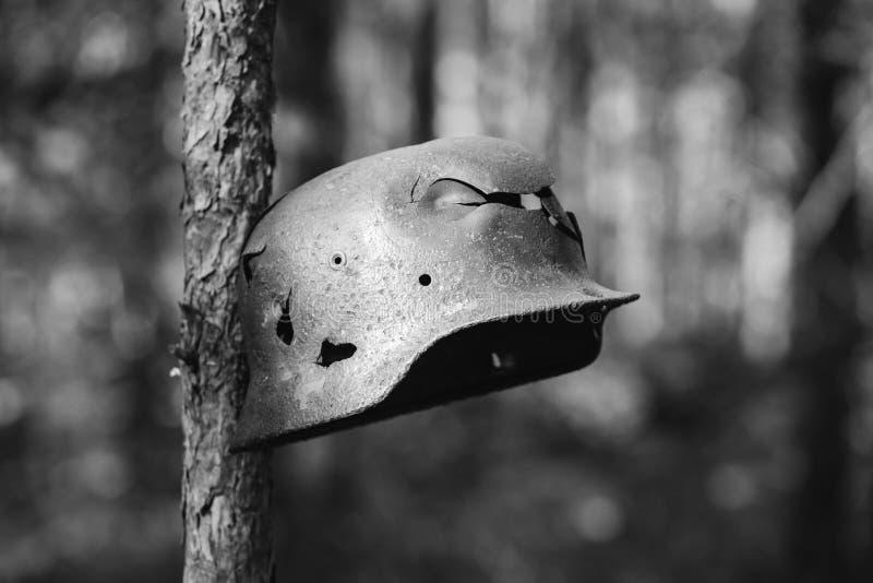 损坏由子弹和炮弹碎片德国步兵金属盔甲  免版税库存照片