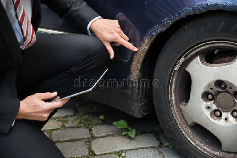 损坏的保险代理公司审查的汽车 库存图片