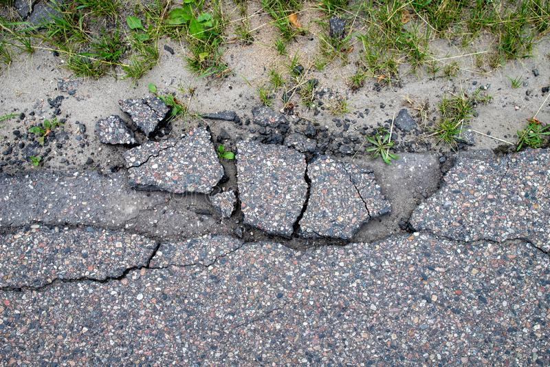 损坏的地方柏油路 在导致城市的途中的一个孔在中欧 库存照片