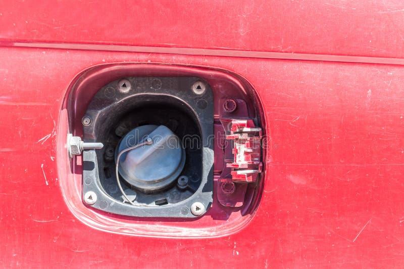 损坏的汽车汽油或柴油供应的被窃取的或打破的和错过的汽油箱盖子 免版税库存照片