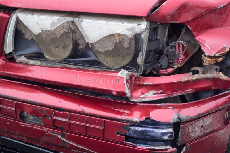 损坏的红色汽车在波兰 免版税库存照片