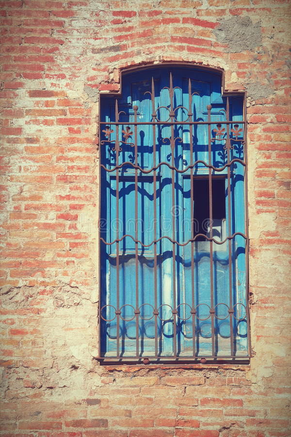 损坏的老窗口 难看的东西红砖墙壁背景 库存图片