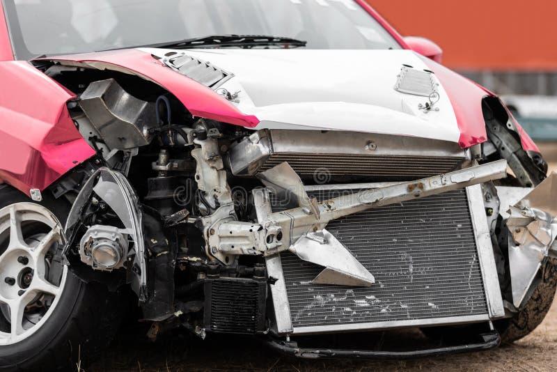 损坏的车祸事故正面图在路的 免版税图库摄影
