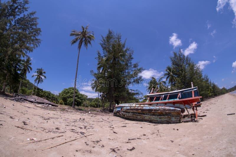 损坏议院和渔船 渔船不是可利用的在海滩 议院倒塌了 图库摄影