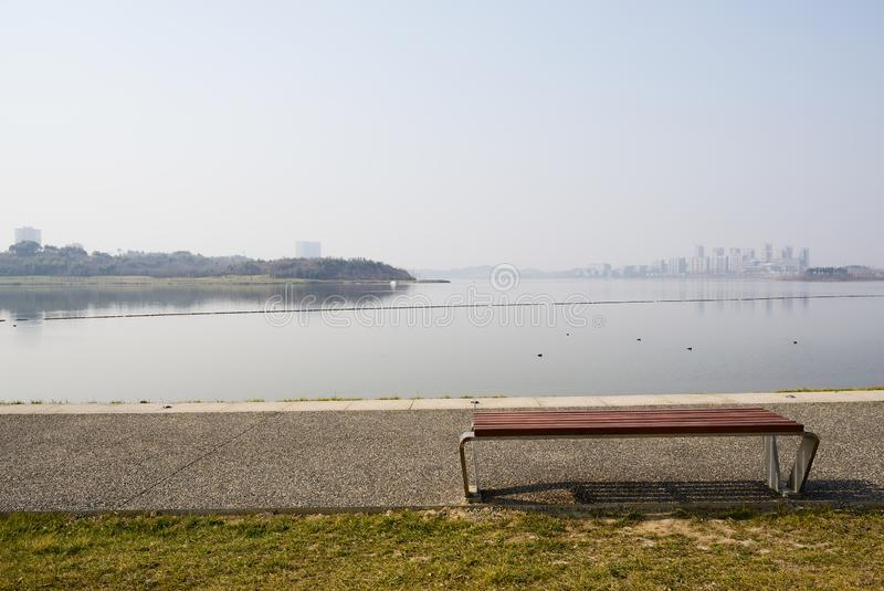 换下场在晴朗的冬天下午的湖边道路 免版税库存照片