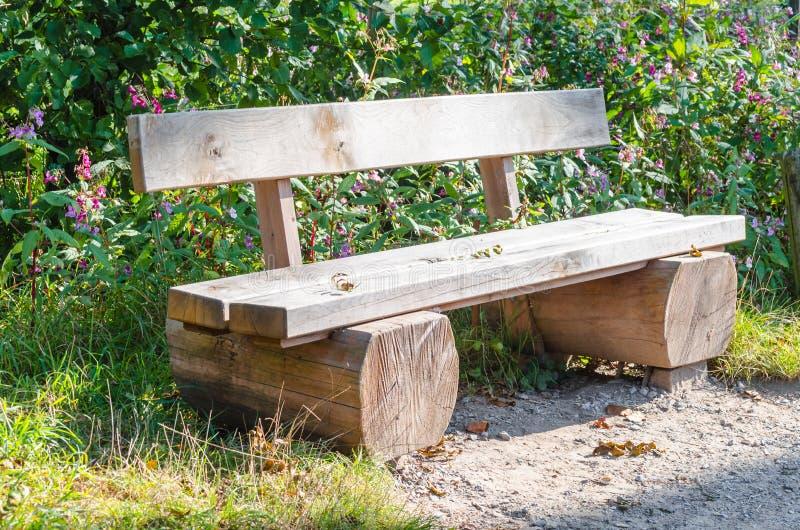 换下场,树干公园长椅做的†‹â€ ‹ 免版税库存照片