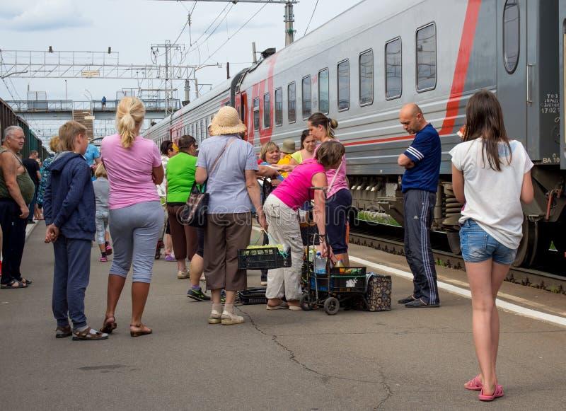 换在从火车的产品在火车站彼得罗扎沃茨克 免版税库存照片