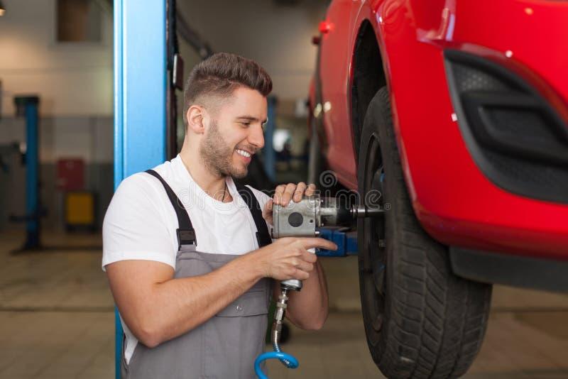 更换有正确的工具的车轮是容易的 库存照片