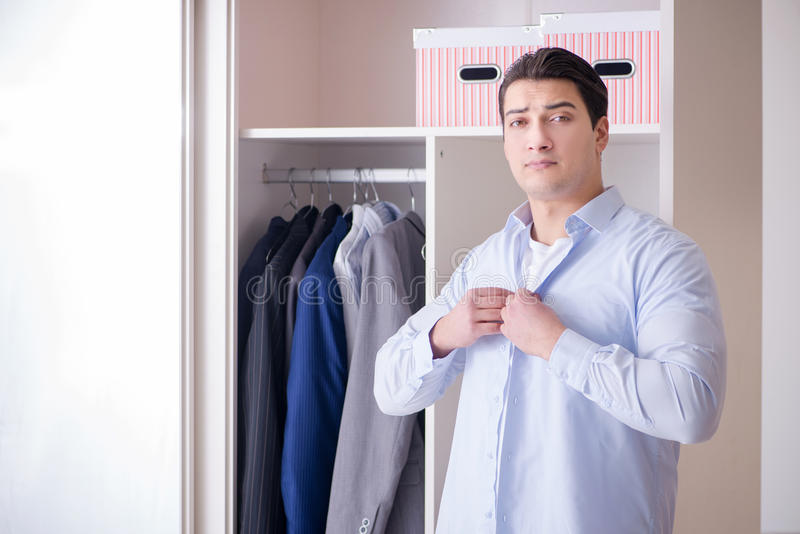 换衣服为工作的年轻人商人 库存图片