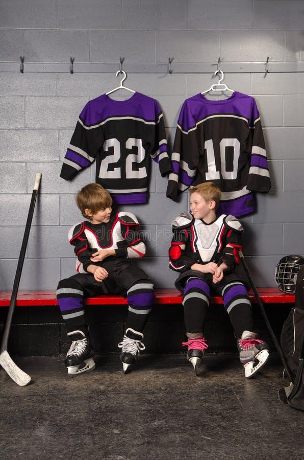 换衣服曲棍球运动员的男孩 免版税库存照片