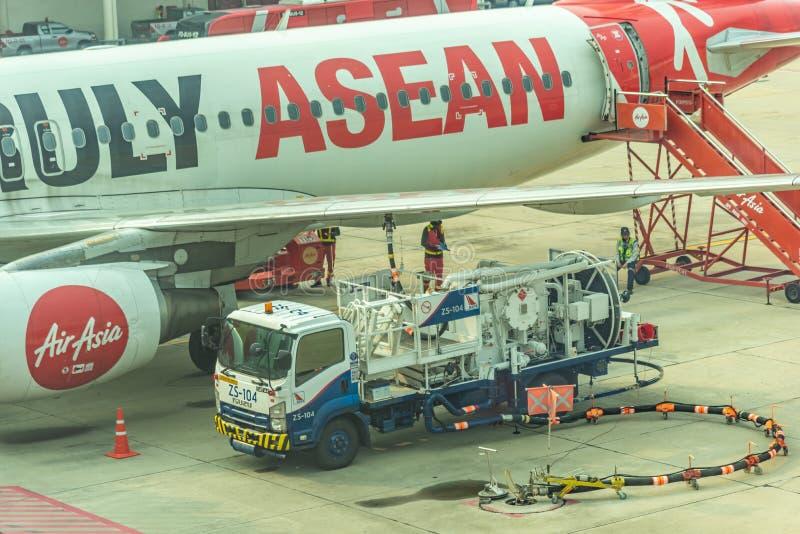 换装燃料航空器到飞机里 免版税库存图片