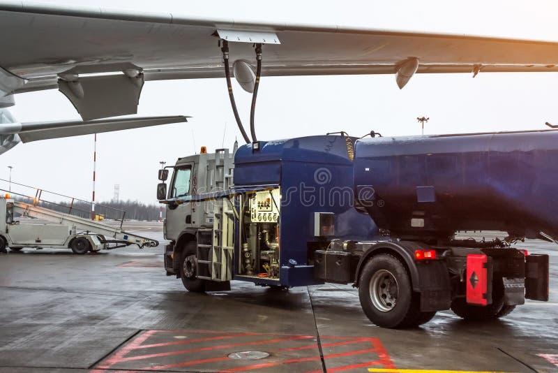 换装燃料航空器,飞行器维修在机场 图库摄影