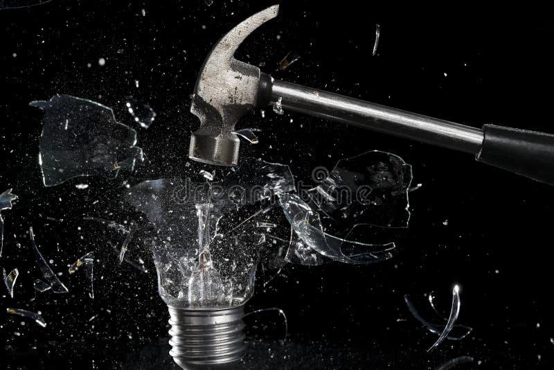 捣毁一个电灯泡 库存照片