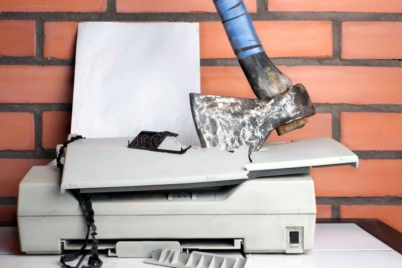 捣毁的办公用打印机 库存图片