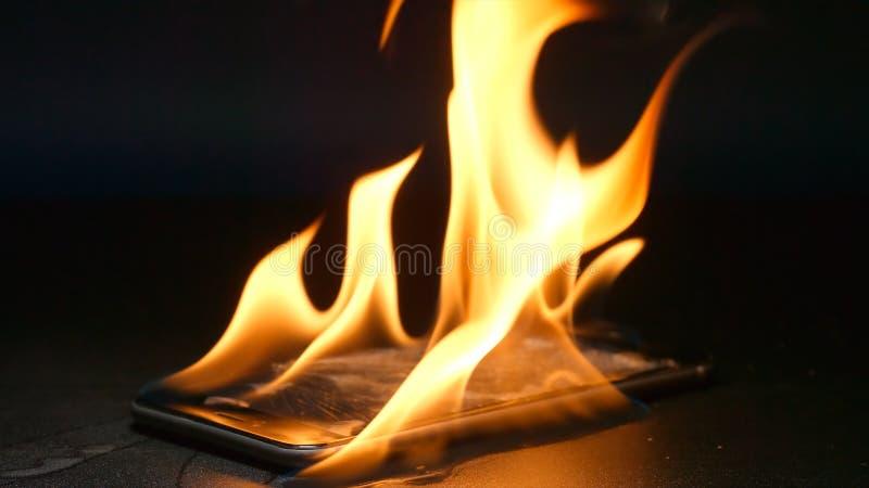 捣毁的智能手机在桌上烧 图库摄影
