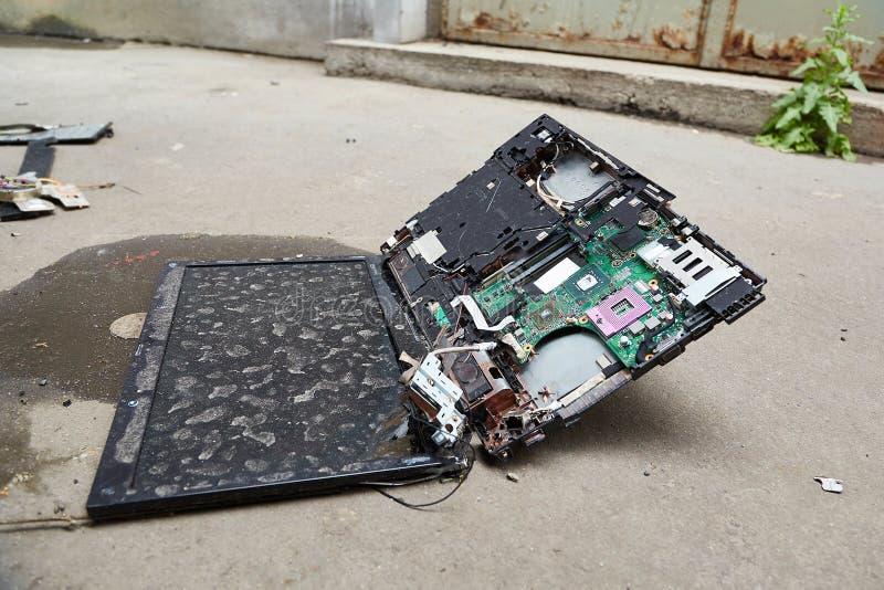 捣毁的膝上型计算机硬件 库存照片