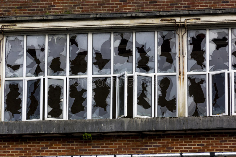 捣毁的Windows在遗弃Unigate工厂,伟大的Torrington,德文郡,英国 库存照片