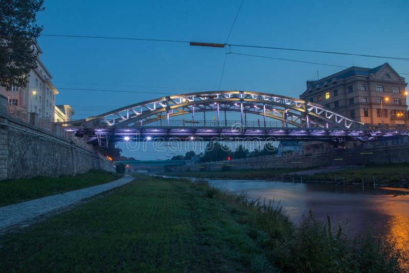 捷克俄斯特拉发Milos Sykora桥,夜间跨越俄斯特拉维采河 免版税库存照片