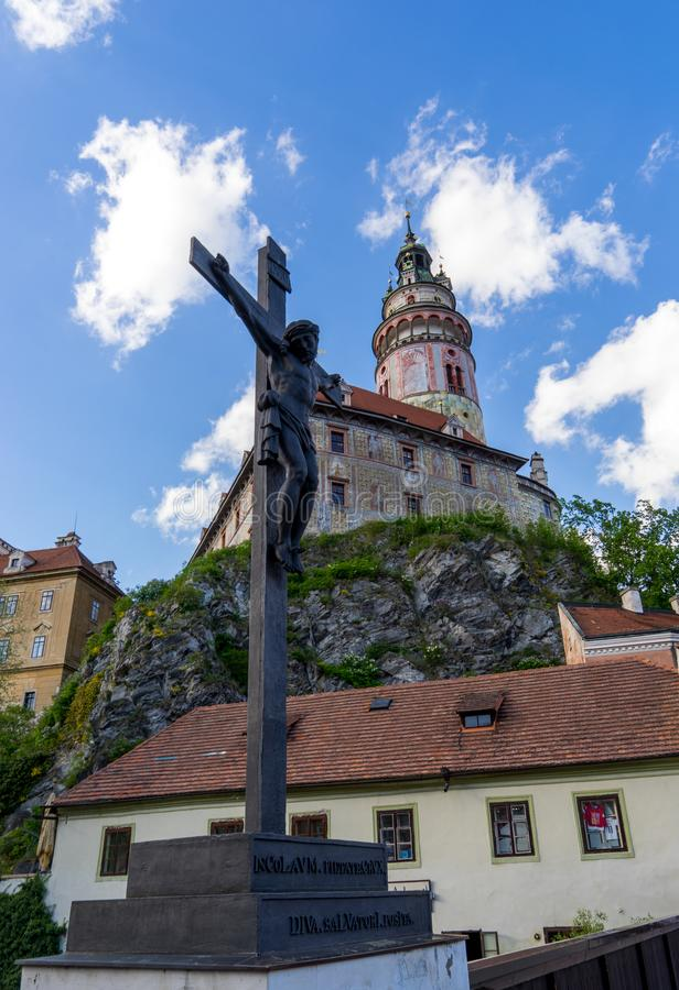 捷克克鲁姆洛夫耶稣雕塑有城堡的在backgrou 库存图片