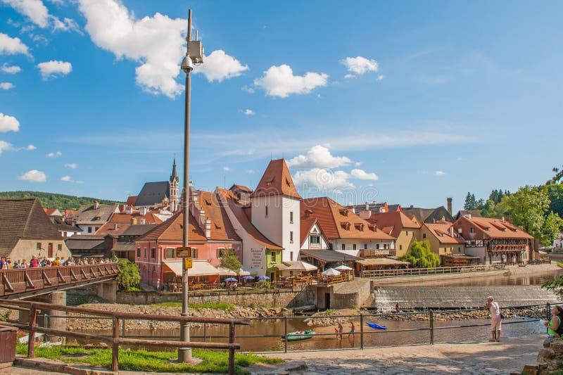 捷克克鲁姆洛夫,捷克2017年8月15日:片段堤防和伏尔塔瓦河的海岸地区的美丽的景色 库存图片