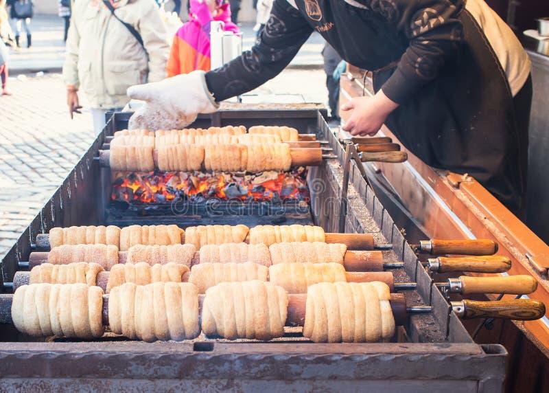 捷克全国冬天街道食物叫的trdlo (trdelnic)在布拉格正方形被烹调  库存图片