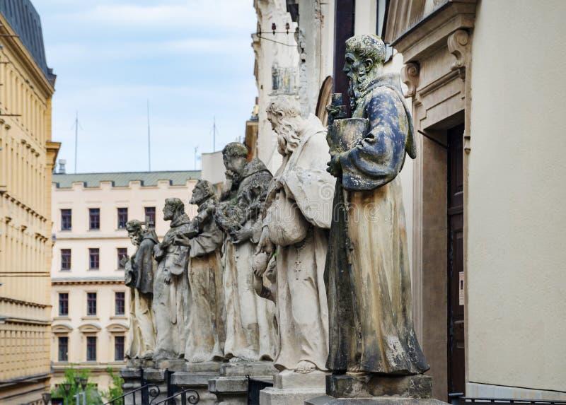 捷克共和国南摩拉维亚布尔诺卡普钦修道院和冰宫前的雕像 免版税图库摄影