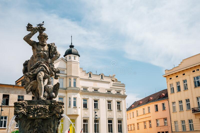 捷克奥洛穆克的朱庇特喷泉和多尔尼·纳姆斯蒂老城广场 库存照片