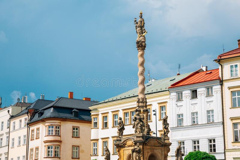 捷克奥洛穆克的Marian Column和Dolni Namesti老城广场 库存图片
