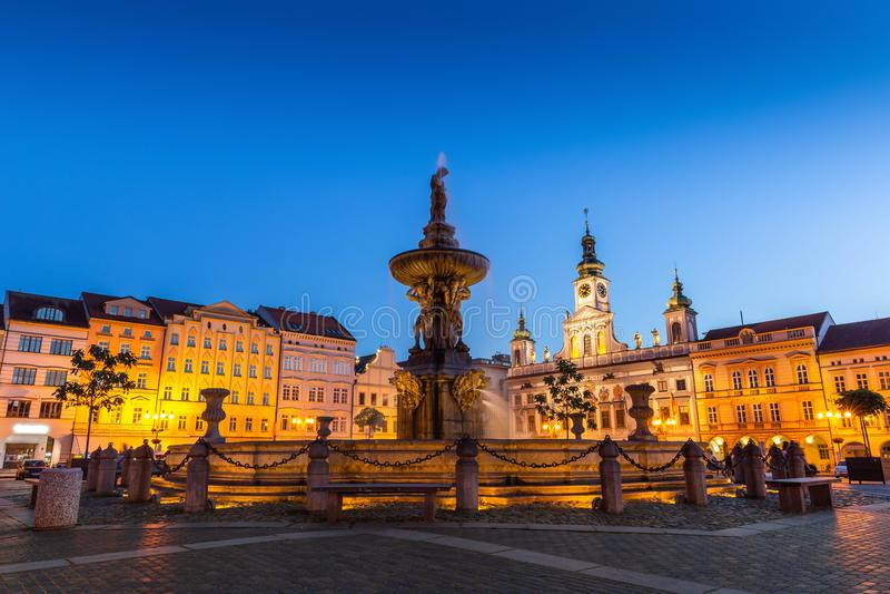 捷克布杰约维采在晚上,Budweis,Budvar,南波希米亚,捷克的历史的中心 图库摄影
