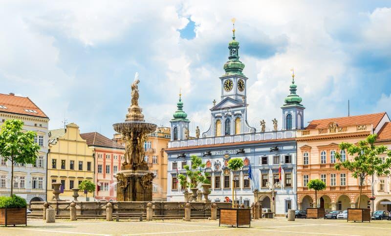 捷克布杰约维采大广场有森山喷泉和城镇厅大厦的-捷克 免版税图库摄影