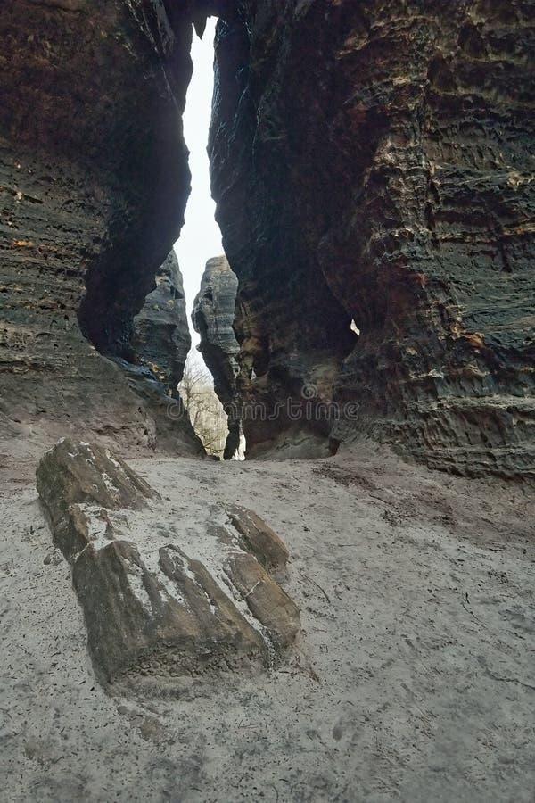 捷克旅游区Tiske细节steny与在岩石之间的含沙段落在冬天,不用雪 库存照片