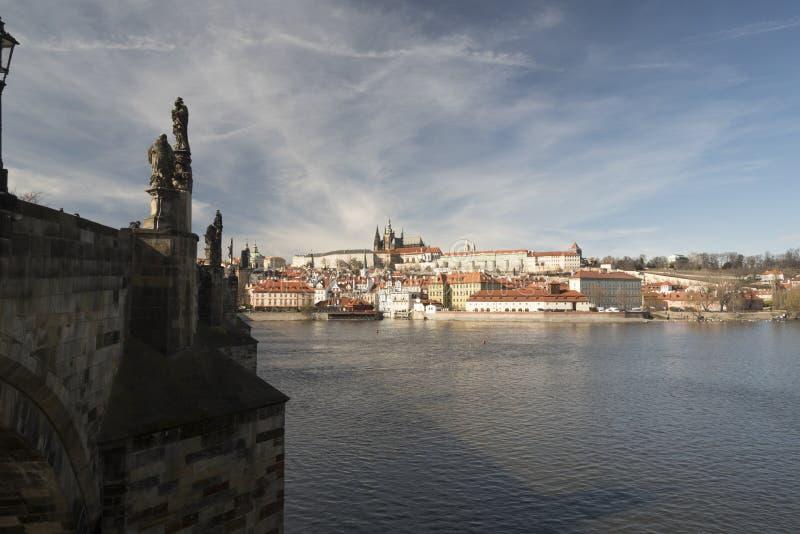 捷克普拉哈市Karluv最大的桥、伏尔塔瓦河、Mala Strana和Hradcany及Prazsky hrad城堡 免版税图库摄影