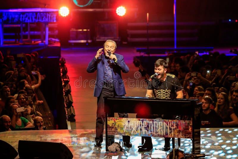 捷克流行歌手卡雷尔·高特与马雷克·兹特拉切尼 库存照片
