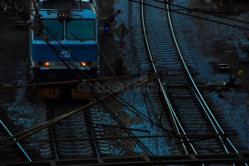 捷克火车停放在hlavni nadrazi外面在晚上 图库摄影