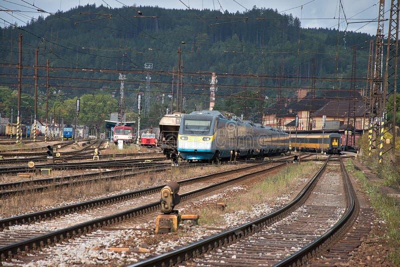 捷克特热博瓦,捷克,8 9 2017年:客车 铁路联轨点和火车站捷克特热博瓦,捷克铁路 图库摄影