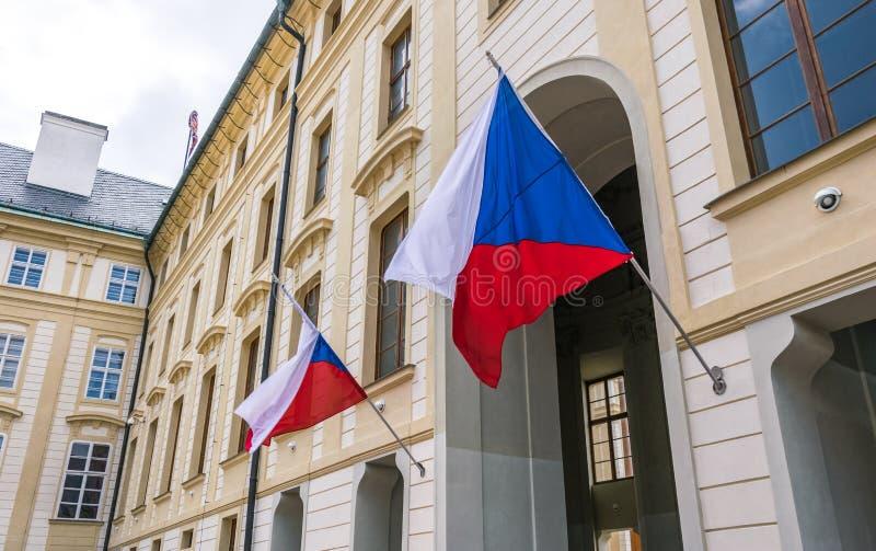 捷克的国旗政府大厦的门面的在布拉格 免版税库存图片